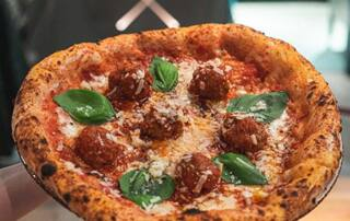 Pizza auf Teller in der italienischen Pizzeria 60 seconds to napoli